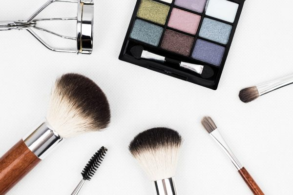 Let's rejuvenate due to make-up. Cosmetic tricks that help you look younger